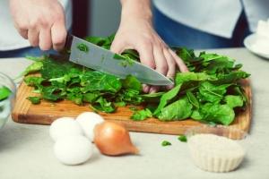 Gemüse schneiden 300x200 - Welche Küchenmaschine mit Kochfunktion passt zu mir?